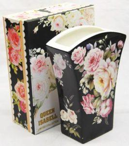 porcelanowy wazon owzorze jasnych róż naczarnym tle