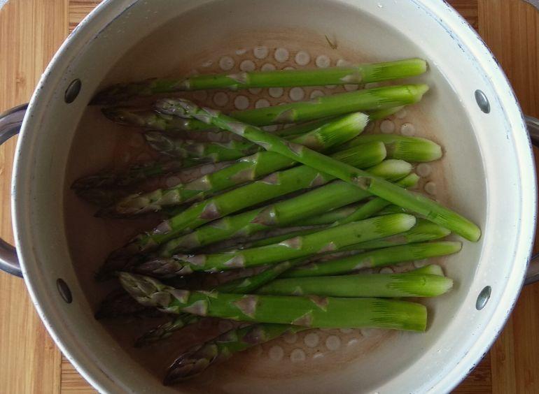 gotowanie szparagów