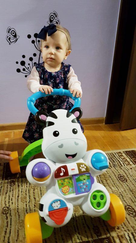 dziewczynka zpchaczem zabawka