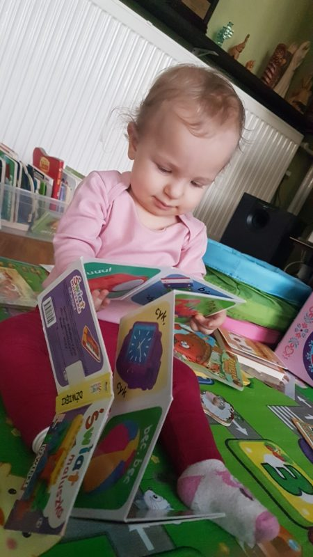 dziewczynka przegladajaca ksiazeczke