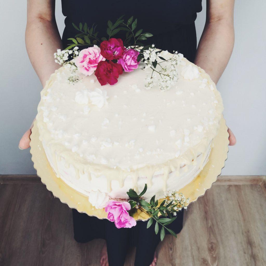 Tort zkwiatami ipolewą zbiałej czekolady