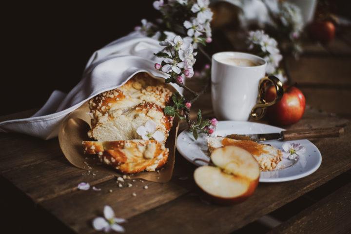 chałka zkruszonką wobecności jabłek, kwiatów jabłoni ikawy